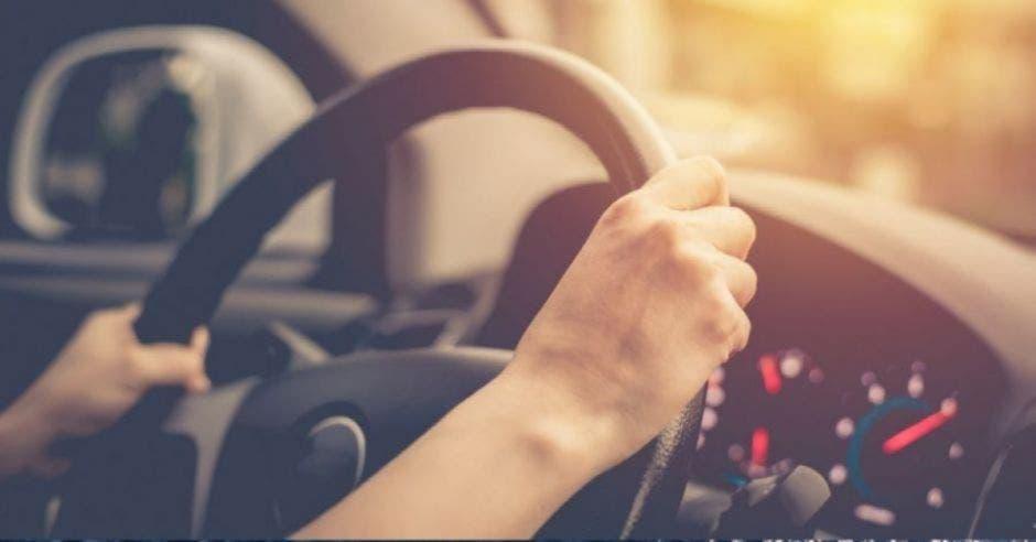 hombre al volante de un auto