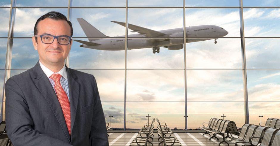 hombre y avión de fondo en aeropuerto
