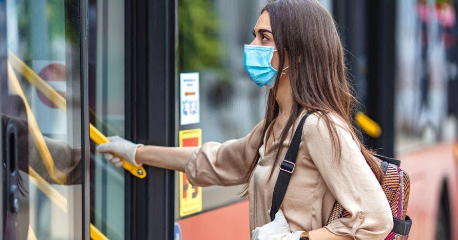 Mujer abordando un autobús
