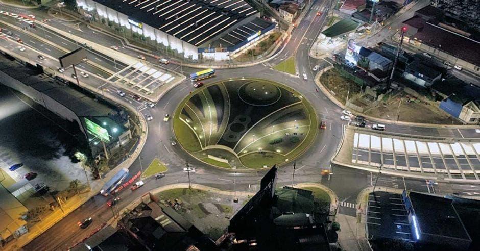 Toma aérea nocturna de la Rotonda del Bicentenario