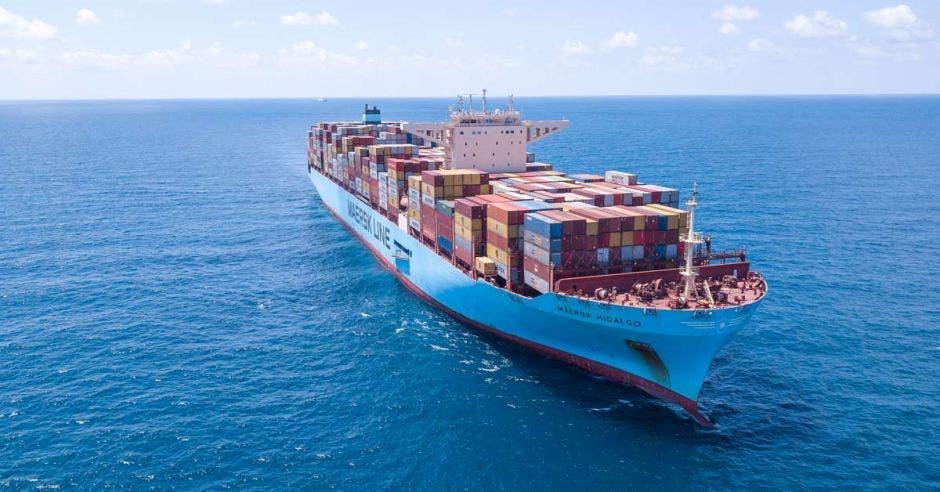 Barco de la naviera Maersk en altamar con un cielo azul