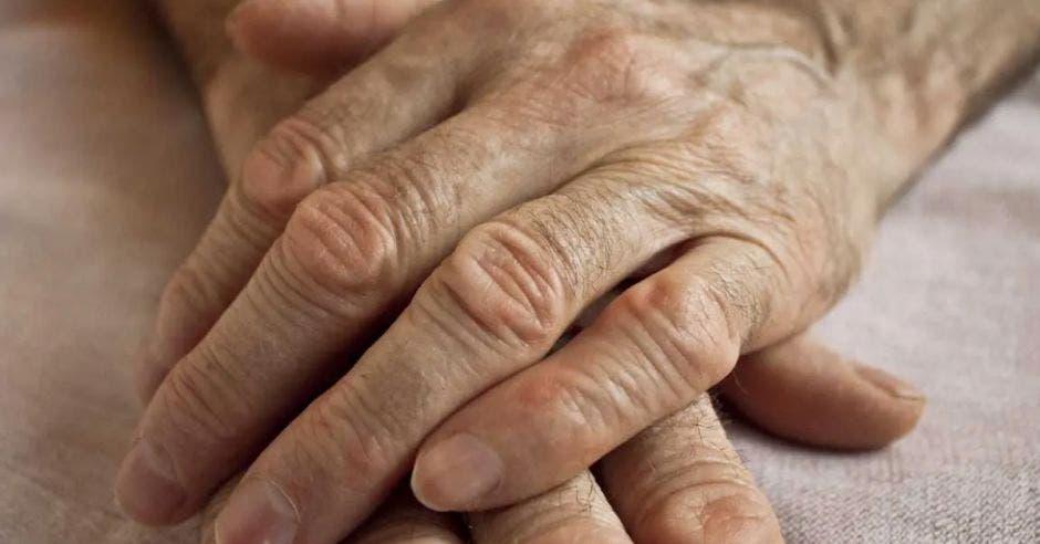 manos de adulto mayor