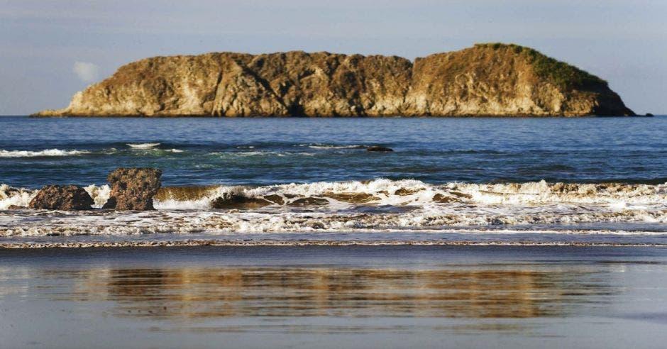 playa y al fondo mar e isla