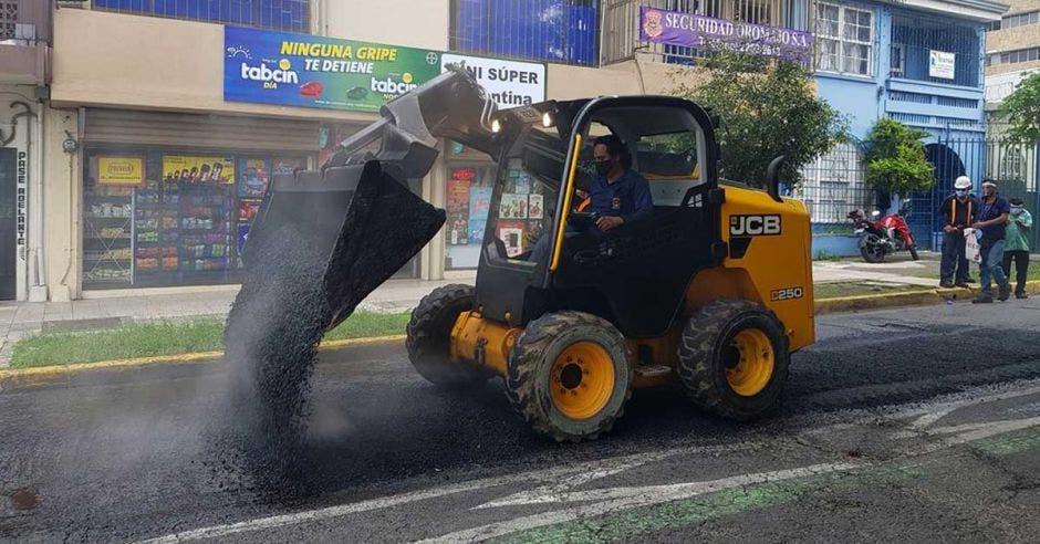 Maquinaria trabajando en una carretera de la capital
