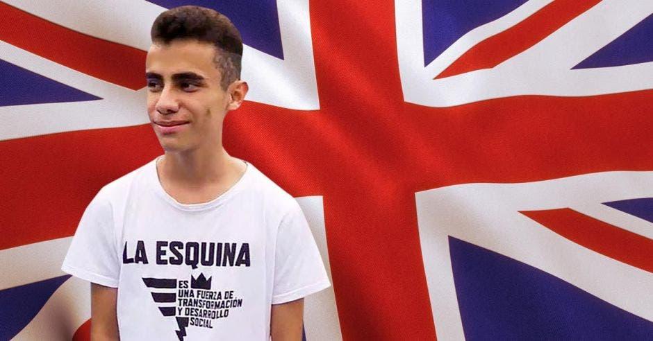 joven con playera blanca de fondo bandera de Reino Unido
