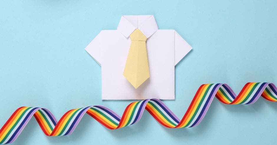 camisa blanca y corbata abajo serpentina de papel de colores del arcoirir