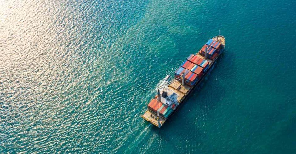 barco con cargamento