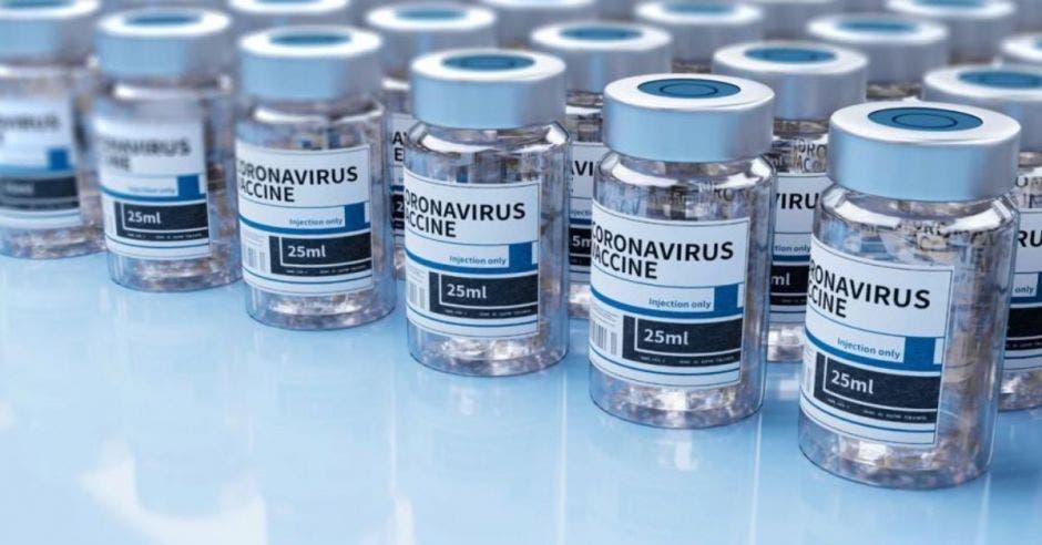 dosis de vacuna contra la Covid-19 en fila encima de una mesa