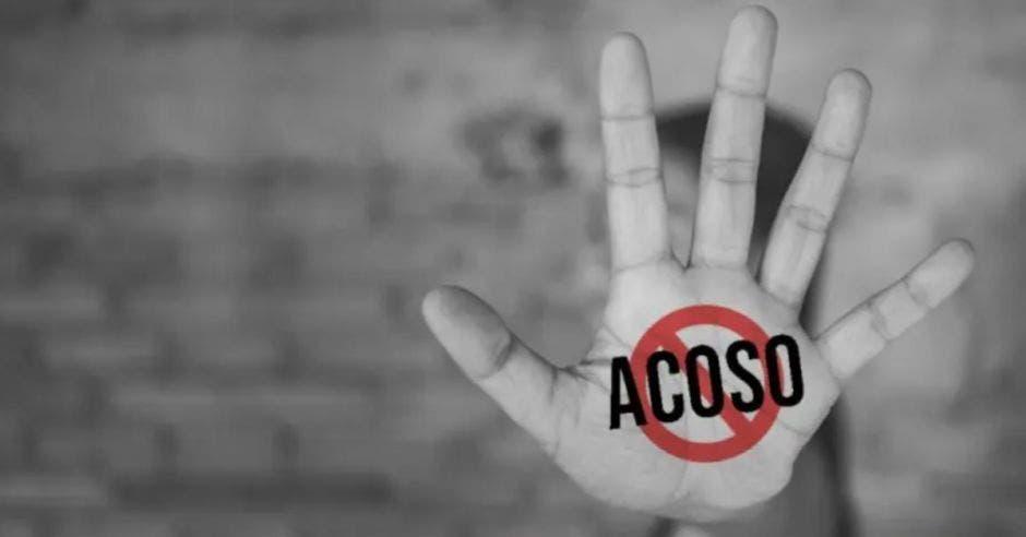 mano con señal de prohibir el acoso