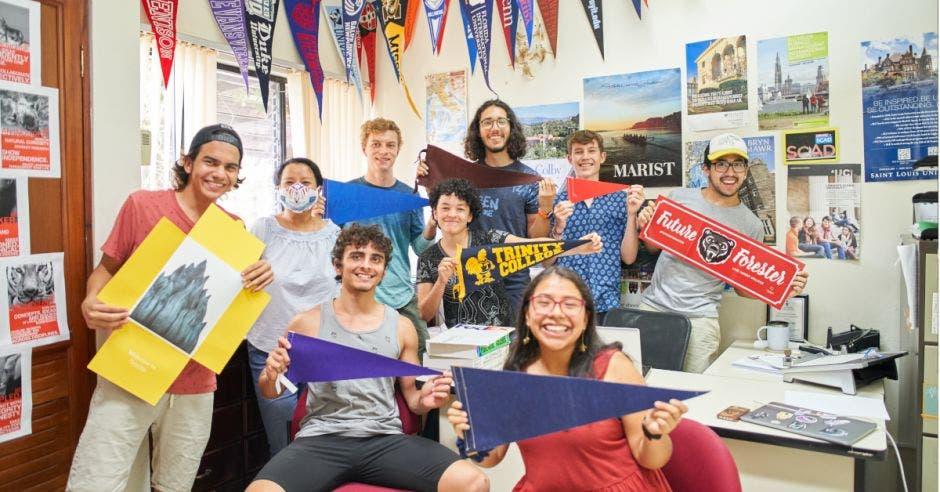 grupo de jóvenes estudiantes con banderines