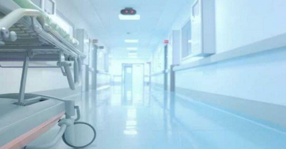 camilla en el pasillo de un hospital