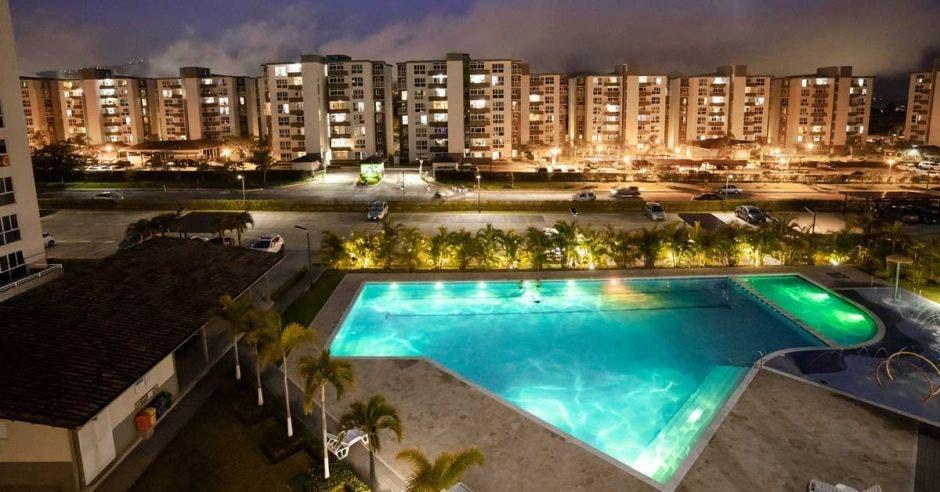 Foto panorámica nocturna del residencial de Concasa en San Rafael de Alajuela