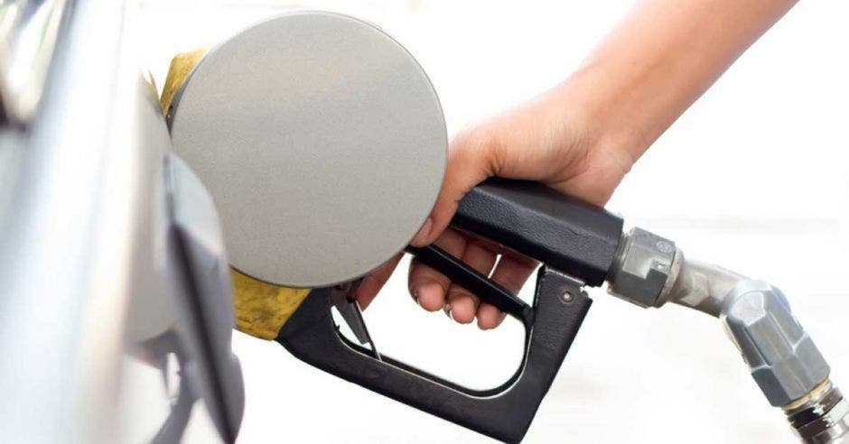 Persona cargando combustible