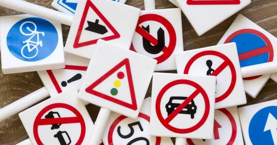 Un arte que incluye varias señales de tránsito
