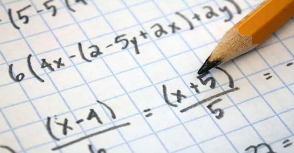 cuaderno con problemas matemáticos escritos