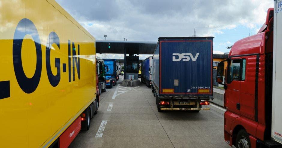 Un grupo de furgones haciendo fila para ser escaneados