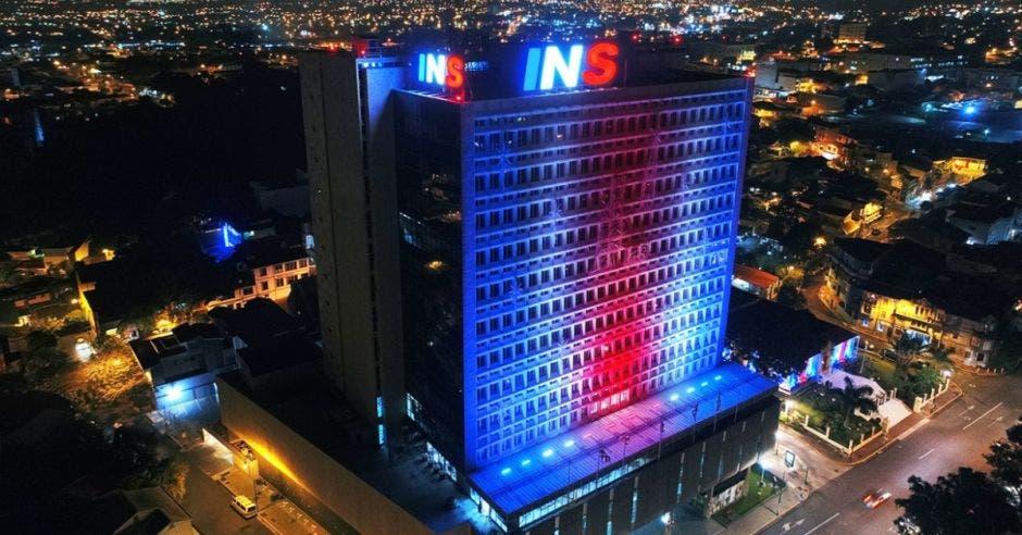 Edificio principal del INS con luces azul, blanco y rojo
