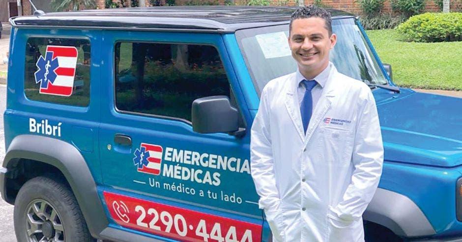 médico junto a unidad móvil de Emergencias Médicas
