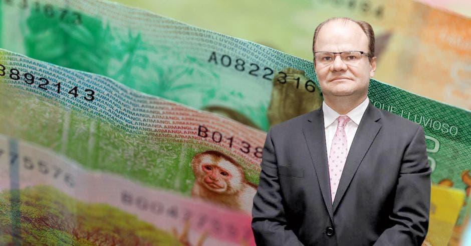 Hombre de traje frente a billetes de Costa Rica