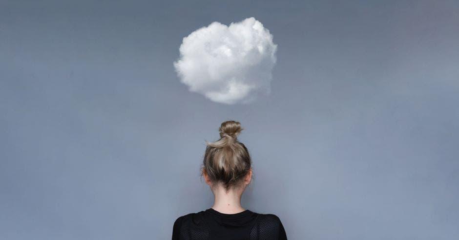 mujer de espaldas con una nube encima de la cabeza