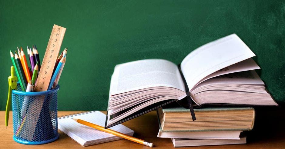 libros apilados encima de un escritorio