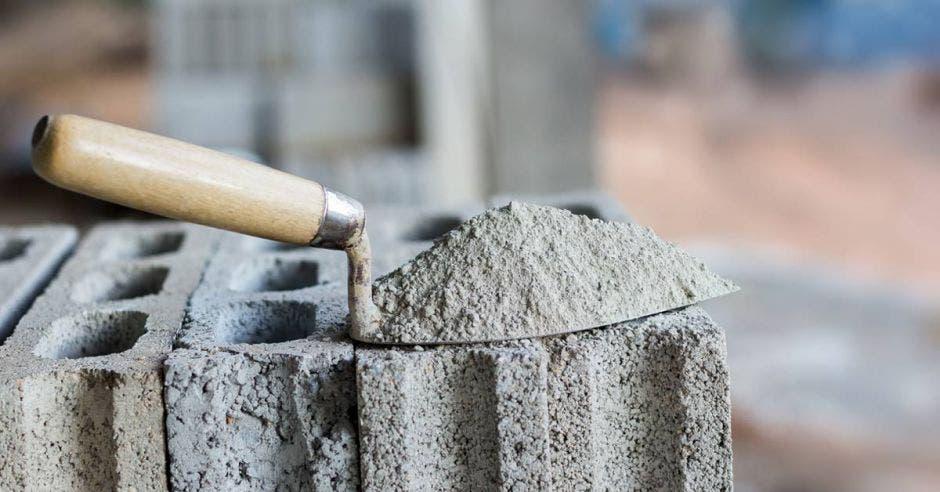 Un palita con cemento sobre tres bloques de concreto
