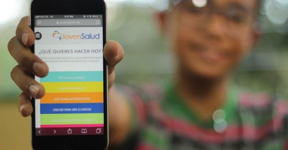 Joven mostrando app en el celular