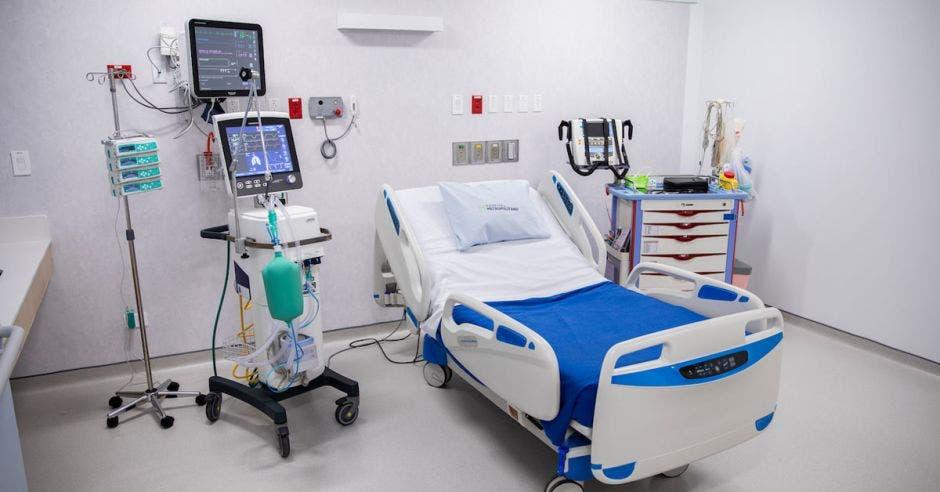 cama de hospital con equipos médicos al lado