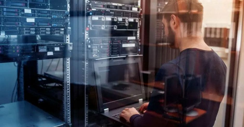 hombre frente al computador