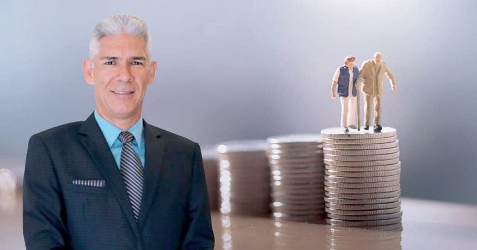 Hombre de traje frente a adultos mayores sobre monedas