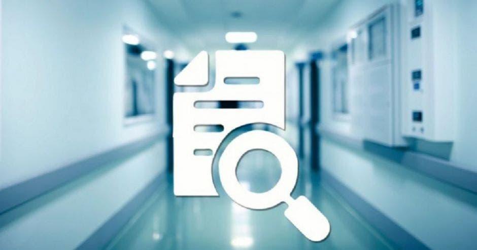 documento con lupa, y un pasillo de hospital al fondo