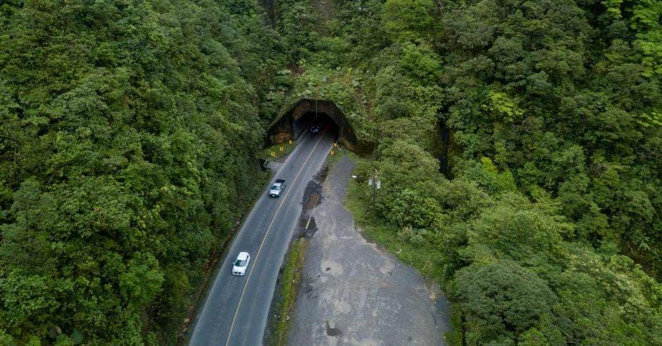 Toma aérea que muestra dos vehículos saliendo del túnel del Zurquí