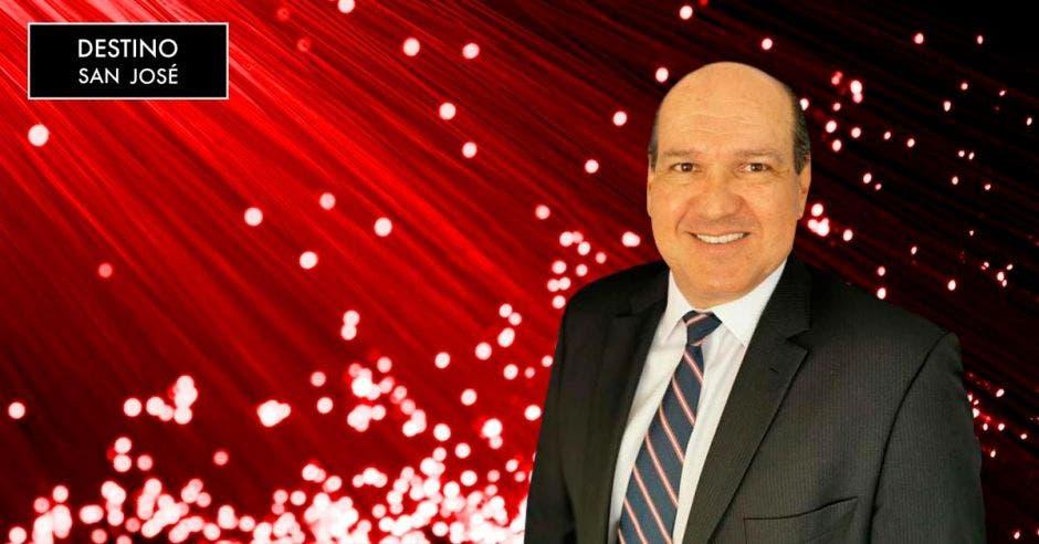Hombre en traje negro en fondo rojo