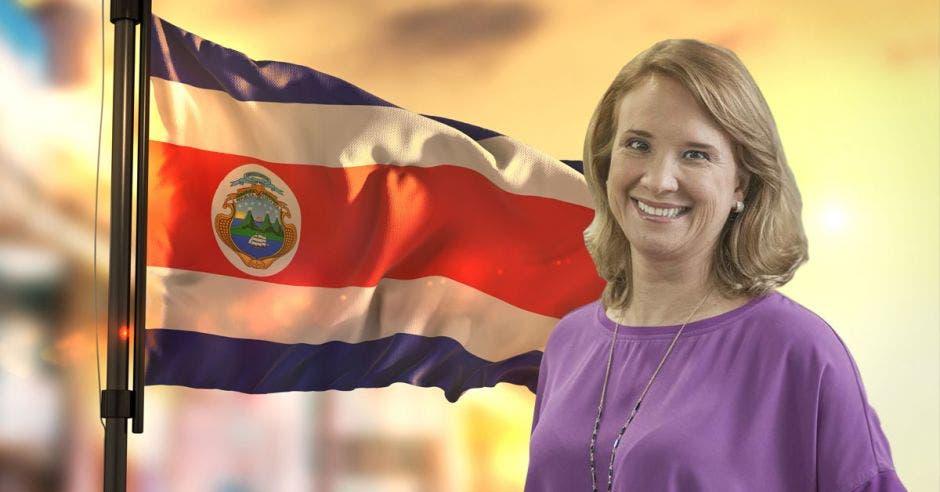 Mujer de morado frente a bandera de Costa Rica