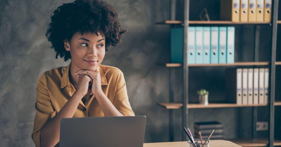 mujer afrodescendiente frente a laptop