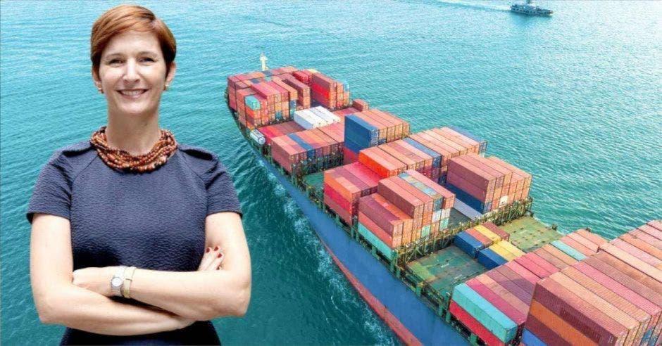 Dyalá Jiménez, directora de la Comisión Internacional de la Cámara de fondo imagen de barco con cargamento