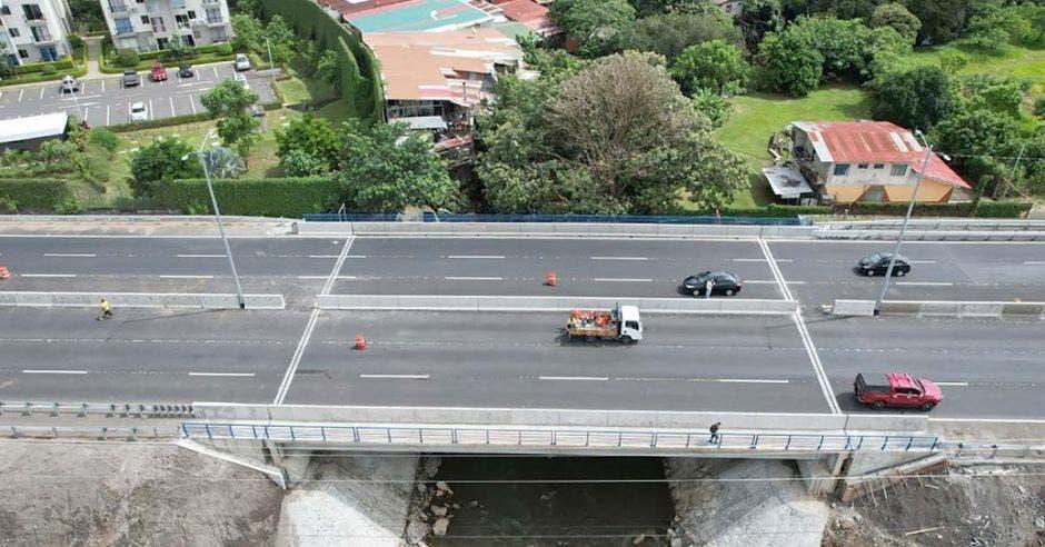 Toma aérea de puente con tres carriles