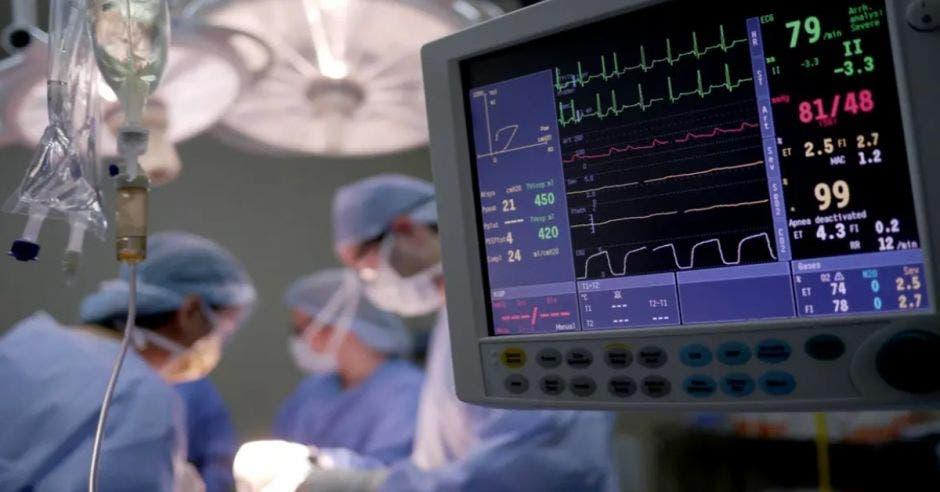 monitor con signos vitales de una persona en sala de operaciones
