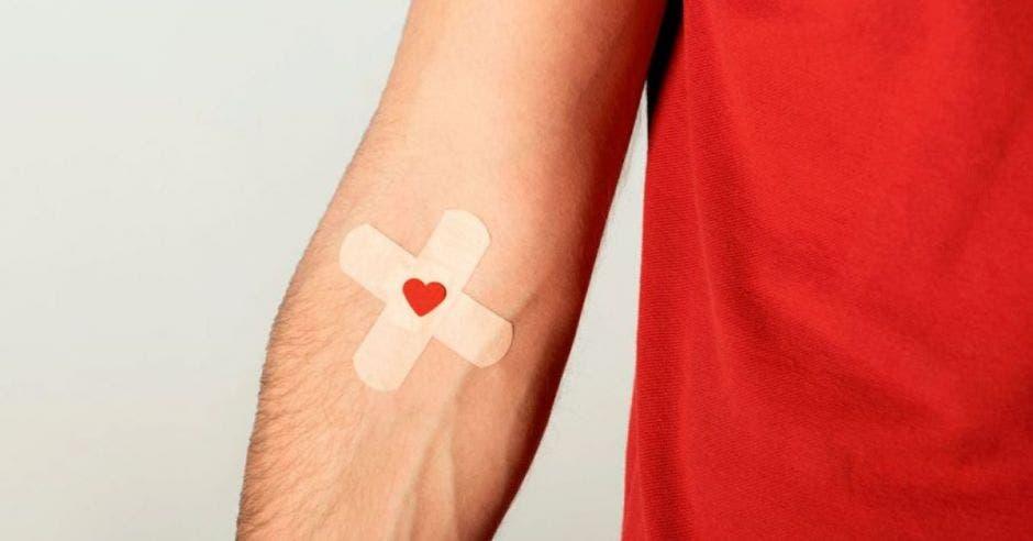 brazo con una curita y un corazón