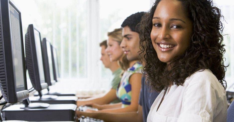 Jóvenes frente a computadoras