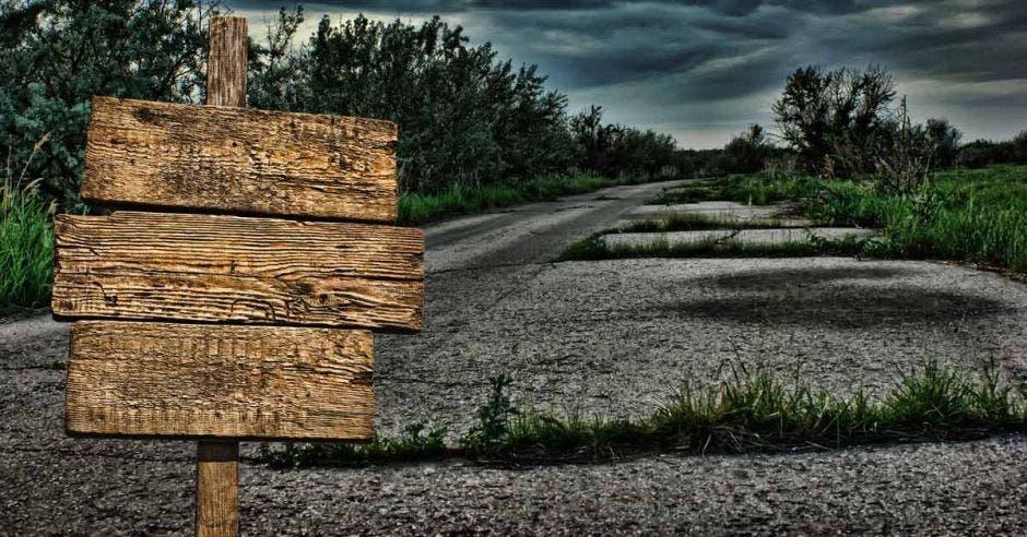 Arte que simula una carretera en abandono