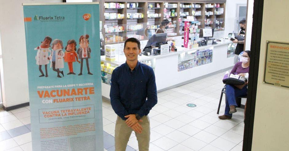 farmacéutico José Vargas frente a farmacia La Botica