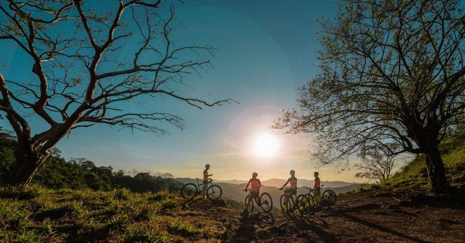 Ciclistas en atardecer