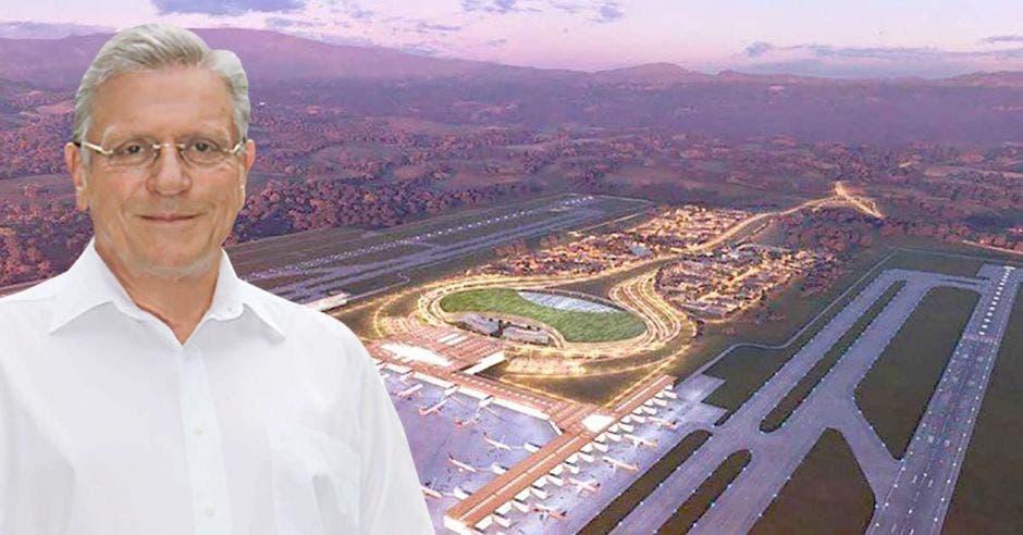 Rolando Araya con un render del aeropuerto de Orotina