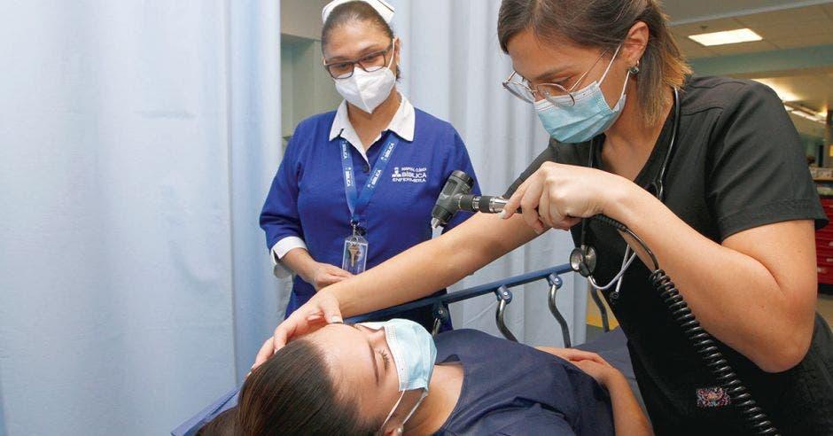paciente siendo revisada por una doctora y una enfermera