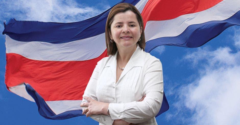 María Luisa Ávila con una bandera de Costa Rica al fondo
