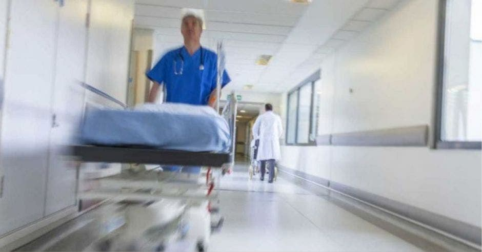médico empujando camilla por pasillo de hospital