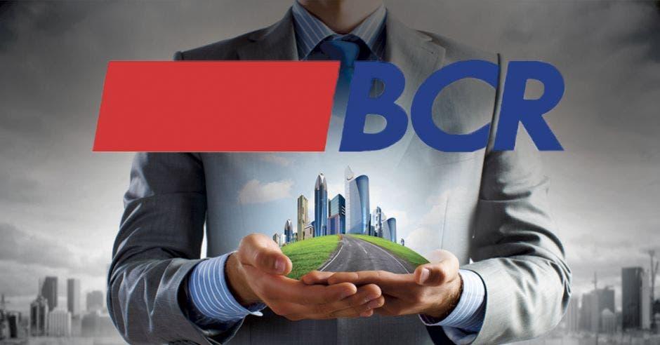 hombre de traje sosteniendo maqueta de edificios y logo de BCR