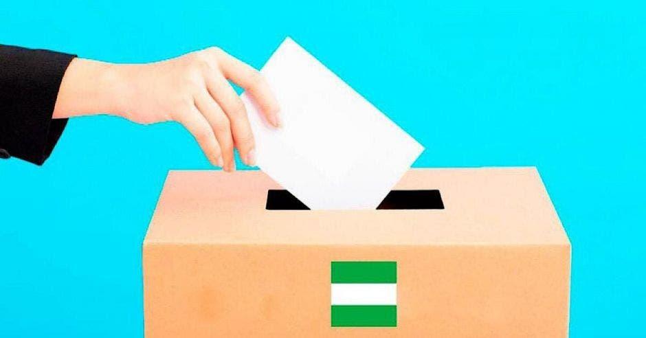 mano depositando voto electoral en casilla con colores del PLN