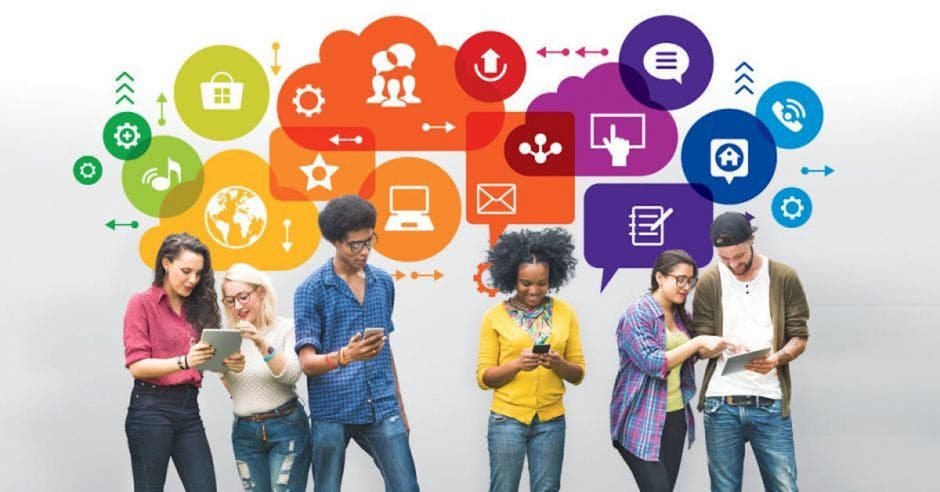 Jóvenes utilizando redes sociales e Internet